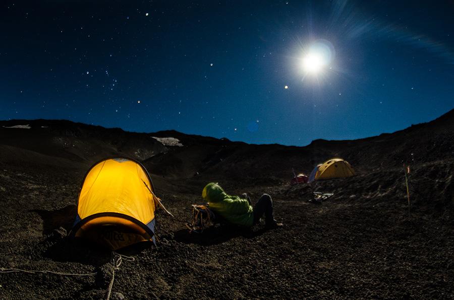 """MENCIÓN HONROSA 6   Título: """"Tomando Luna"""". Autor: Itamar Chávez. Descripción:  Subiendo el volcán Llaima, a los 2 mil metros sobre el nivel del mar en campamento base, la Luna llena iluminaba todo. Región de la Araucanía, sur de Chile."""