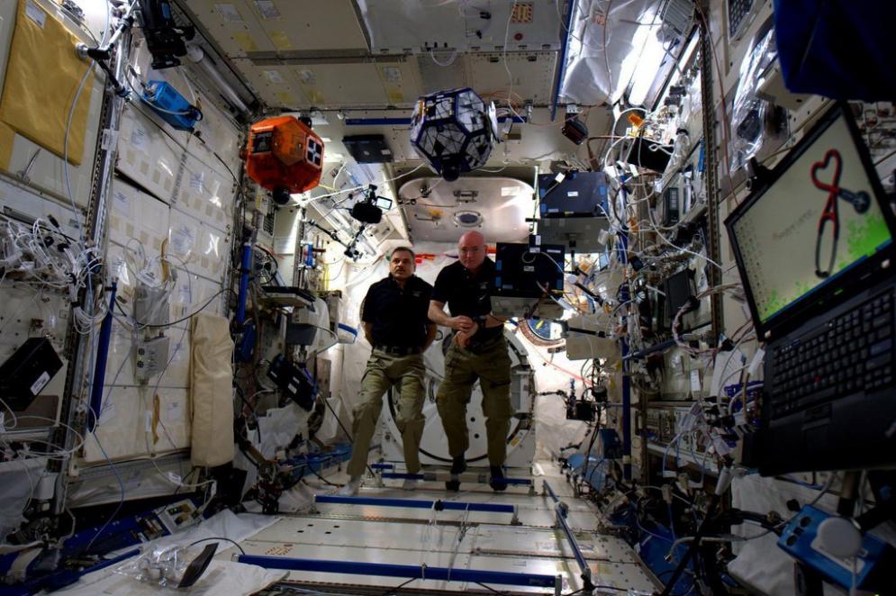 Scott Kelly y Mikhail Kornienko en un torneo robótico en la ISS