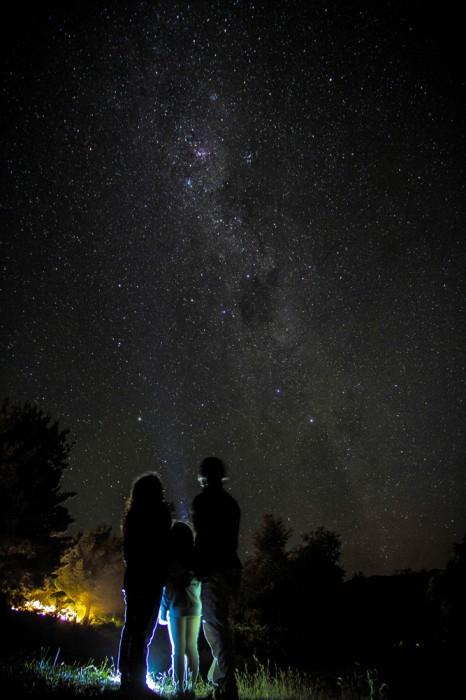 """Mejor foto zona sur:  """"Invasión de estrellas"""".  Autor: Robin Guerrero; Pudahuel.  """"Captura nocturna a orillas del lago Colico, en una zona donde no se cuenta con electricidad, lo que permite apreciar el cielo con mayor nitidez"""". Foto tomada en febrero 2016; región de la Araucanía."""