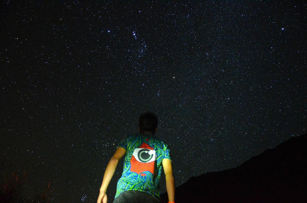 """Mención honrosa 4: """"El imperio de Orión"""".  Autor: Matías Rodríguez, Coquimbo.  """"En un lugar de hermosas experiencias en el río Cochiguaz, bajo el cielo más hermoso junto a mi familia. Con nociones de Astrofotografía tomé la cámara de mi polola, anonadado ante aquella magnífica noche dominada por Orión y Júpiter sobre el Valle"""". Foto tomada en enero 2015; región de Coquimbo."""