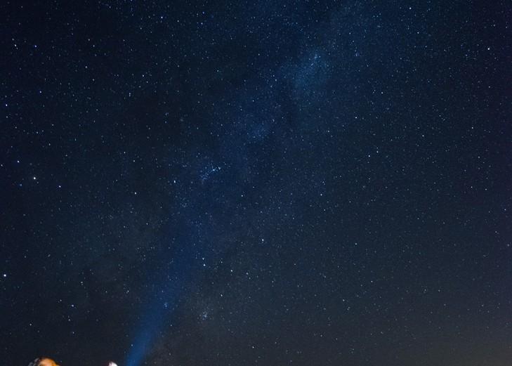 """Mejor foto nacional:  """"Un cofre de estrellas"""".  Autor: Diego González; Quilicura.  """"Al abrir el cofre pareciera que de él sale la Vía Láctea que se encontraba guardada en su interior"""". Foto tomada en marzo 2016; región de Valparaíso."""
