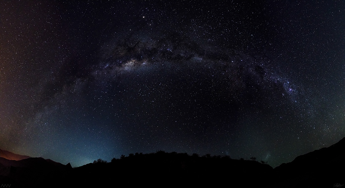 """""""Arcoíris Nocturno"""", por Matías Rodríguez. Es una portada de la Vía Láctea sobre el Valle del Elqui en la Ruta Antakari. La tomó con una cámara Nikon d7000 18 mm 12x f3,5/15s/ISO 4000. La imagen es la composición total de una suma de 12 fotos."""