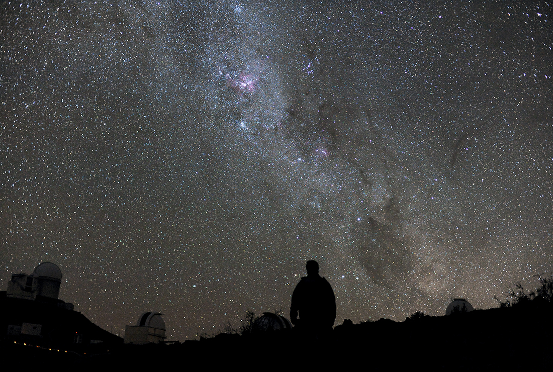 hombre mirando estrellas