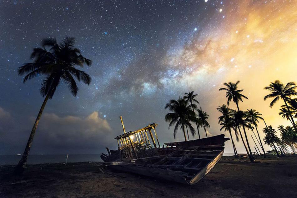 Esta fotografía de un barco abandonado con la Vía Láctea de fondo la tomó durante un viaje a su pueblo natal Chow, a orillas del mar de la China Meridional.