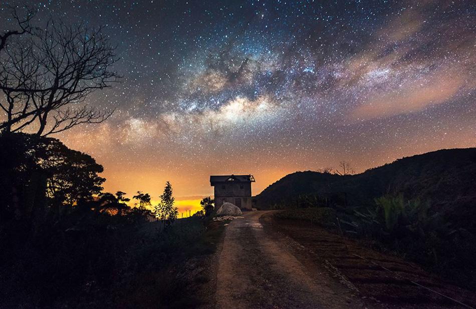 Aquí, la Vía Láctea se puede ver dominante sobre una granja de vegetales en las montañas malayas de Cameron.