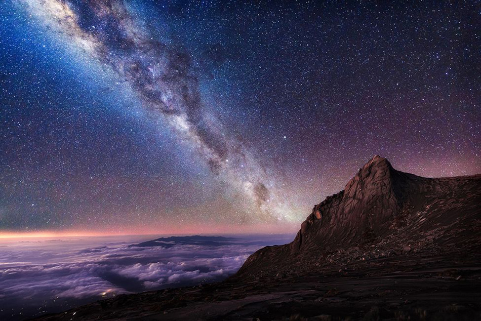La siguiente imagen fue tomada justo por encima de las nubes que están por debajo del pico de la montaña Kinabalu, en la isla de Borneo.