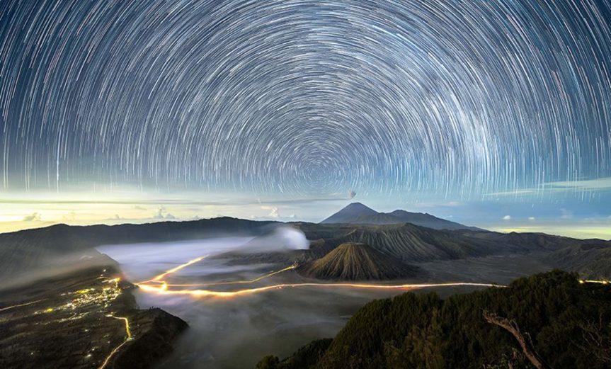Cientos de estrellas parecen girar en el cielo, sobre el volcán activo Monte Bromo, en el este de Java, Indonesia.