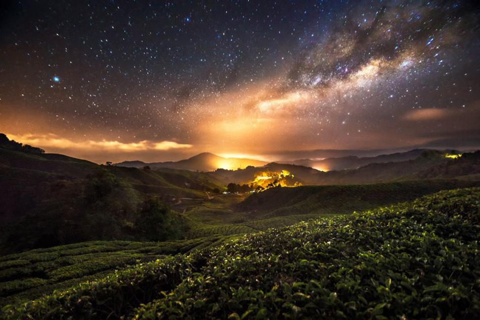 Nuestro planeta está en una de las colas de la espiral de la galaxia con forma de torbellino, compuesta con al menos 100.000 millones de estrellas.