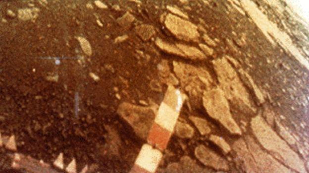 En 1982 una sonda soviética aterrizó en Venus y envió imágenes de la superficie del planeta. Debido a las difíciles condiciones, la sonda se destruyó al cabo de una hora.