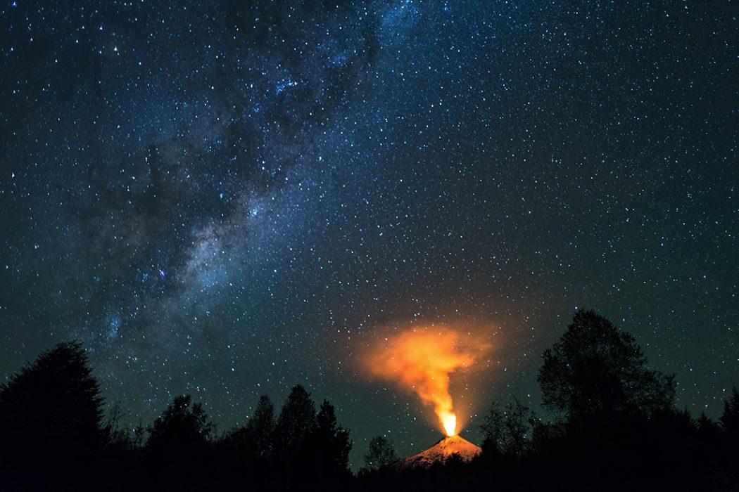 """""""Fuerza natural"""" Mejor Foto Zona Sur. Autor: Rubén Silva. Temuco. """"Fue un espectáculo ver el volcán Villarrica con sus erupciones estrombolianas. La Vía Láctea con su centro nos entregó una toma hermosa de nuestra naturaleza"""" Molco Alto, Villarrica, Región de La Araucanía."""