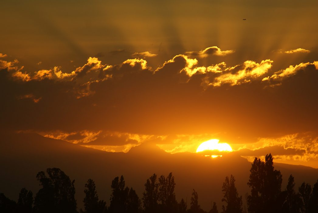 """""""Antu reclama su trono"""" Mención Honrosa Autora: Natali Fernández. Chillán.  """"Foto del amanecer en Chillán, que en lengua mapuche significa """"silla del sol"""". El astro rey reclama cada mañana su trono en las cumbres cordilleranas"""" Región del Biobío."""