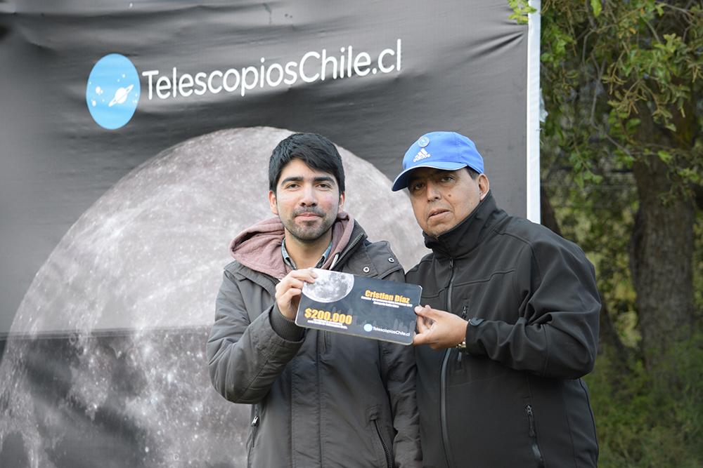 Cristian Díaz recibiendo su premio