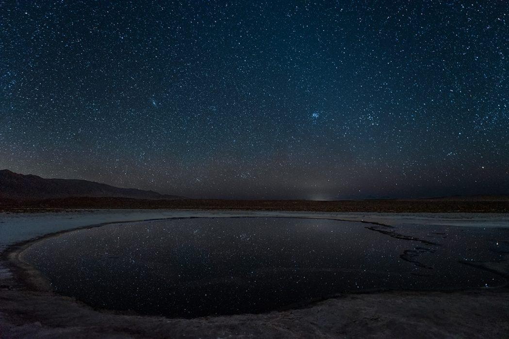 """""""Andrómeda a veces pasa a saludar"""" Mención Honrosa  """"Con el permiso de la comunidad Lican Antay entramos en las lagunas escondidas de Baltinache, lugar donde esperamos la madrugada para poder capturar la galaxia de Andrómeda al norte, junto a las Pléyades"""". San Pedro de Atacama, Región de Antofagasta.  Autora: Carina Letelier; Ñuñoa. Premio: Binocular Celestron UpClose G2 7x35"""