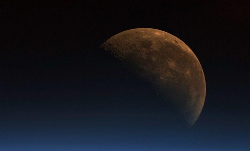 la luna emite carbono